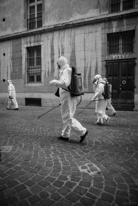 fausse pulvérisation dans une rue de Chambéry