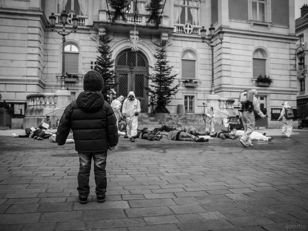un enfant regarde avec beaucoup d'émotion une scène incompréhensible