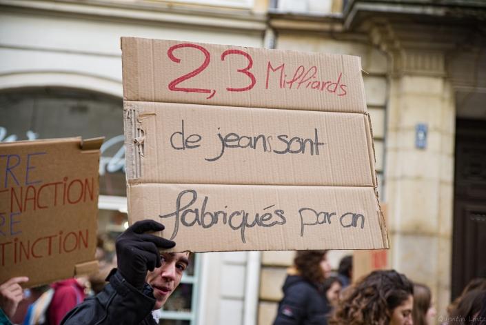 """pancarte """"2,3 milliards de jean.."""""""