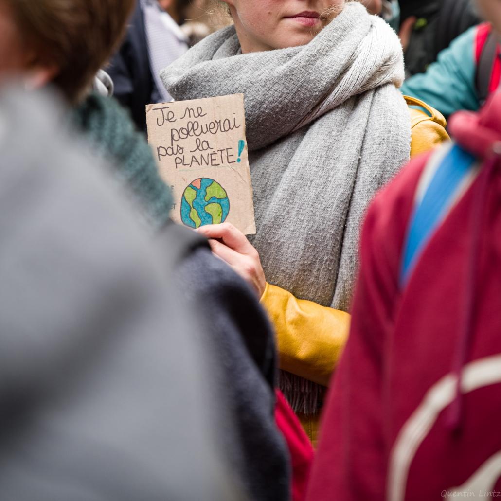 """une toute petite pancarte """"je ne pollurais pas la planète"""