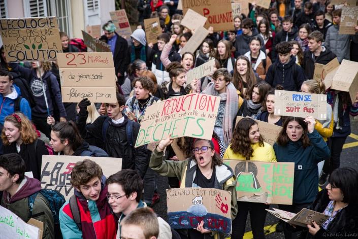 manifestation en marche dans Chambery