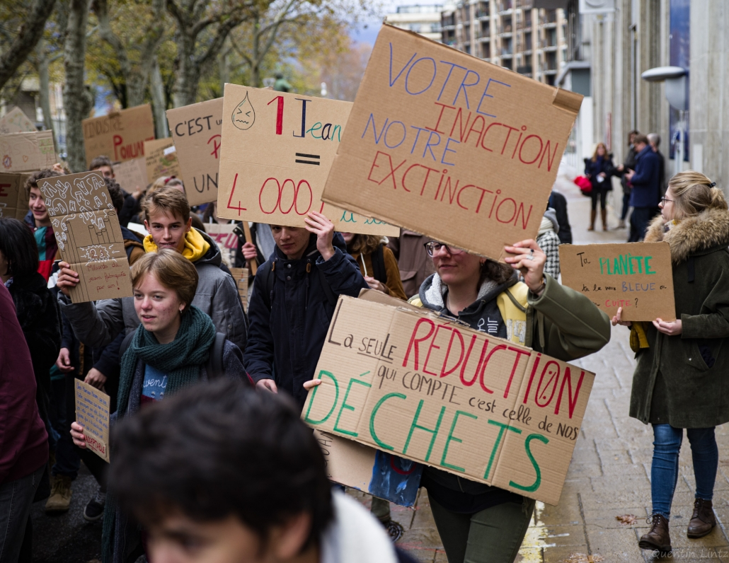 plusieurs pancartes dans la manifestation