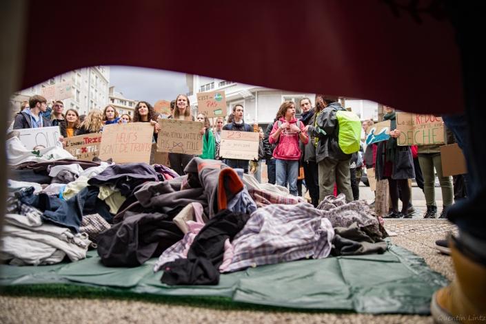 les jeunes scandent des slogans devant le magasin HM