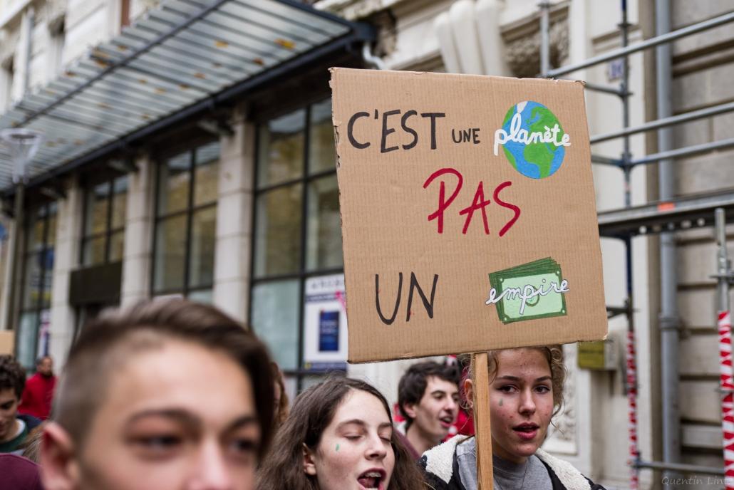 """pancarte """"c'est une planète, pas un empire"""""""