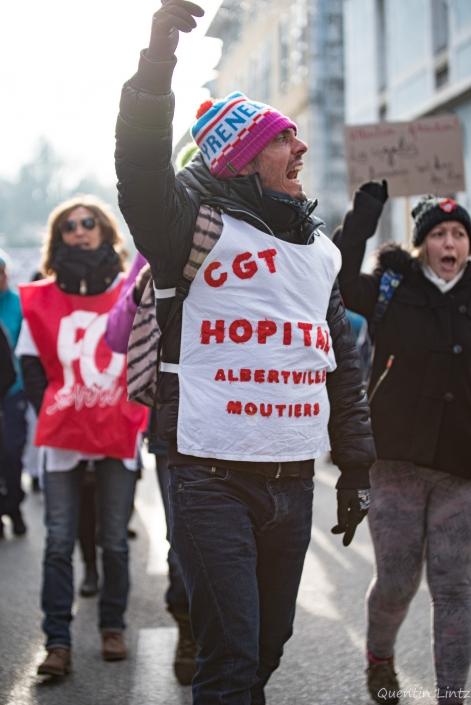 manifestant scandant des slogans