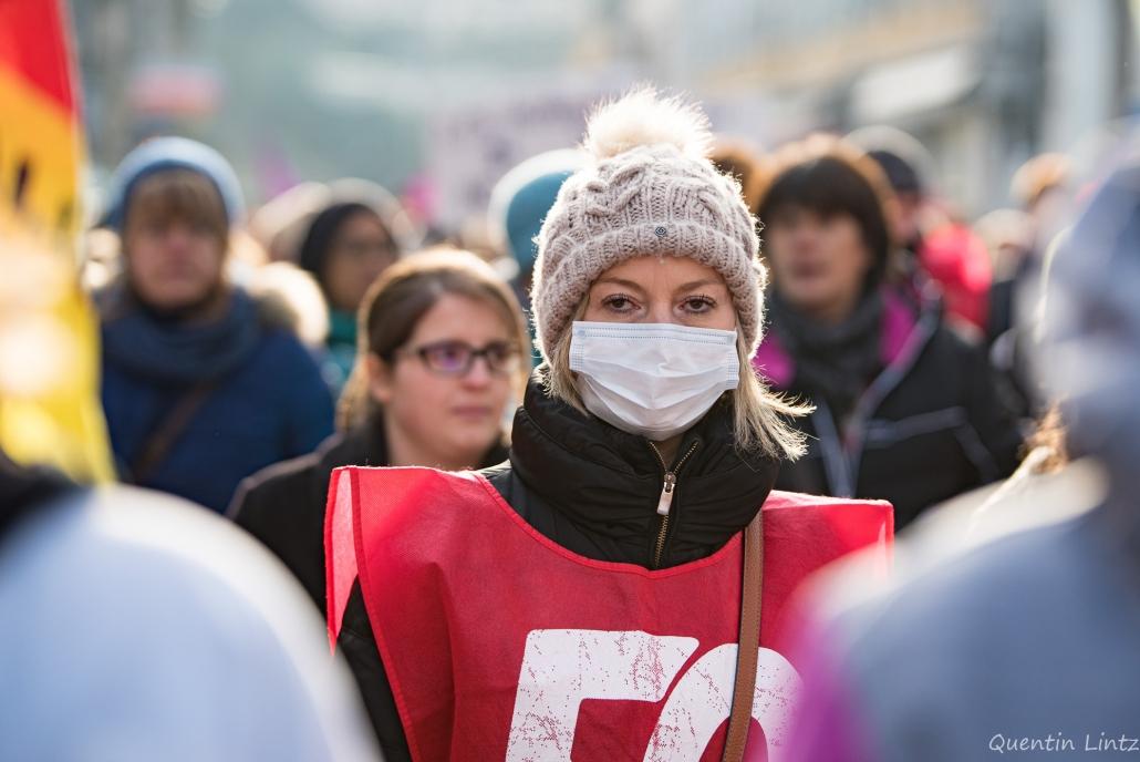 visage masqué d'une manifestante