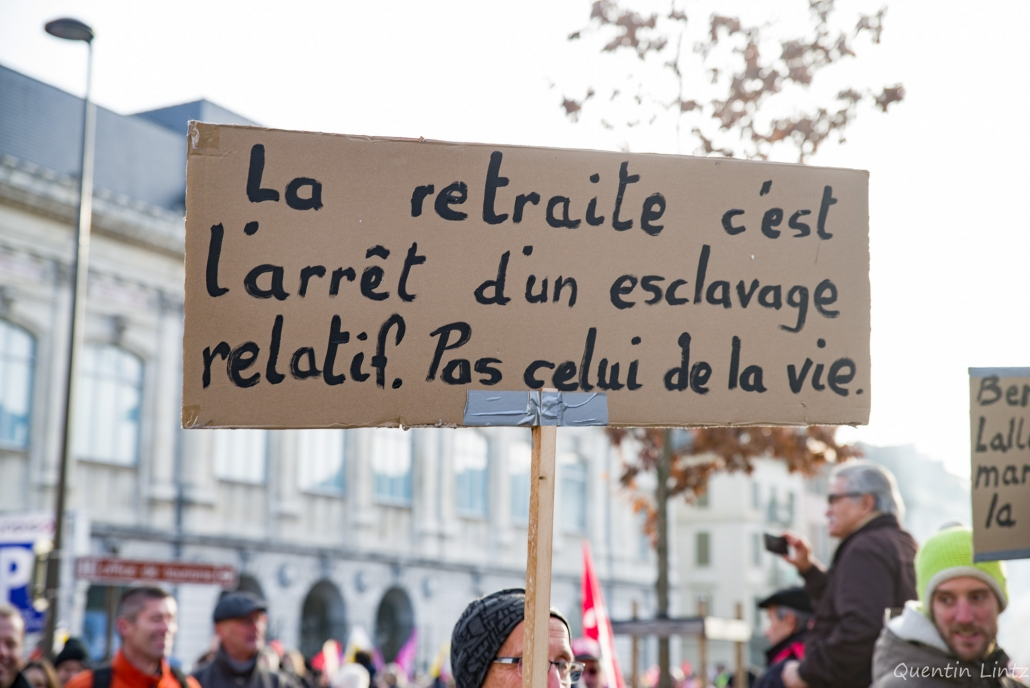 """pancarte de manifestant """"retraite et esclavage"""""""