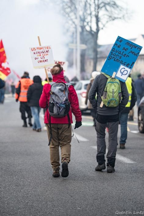 deux personnes vue de dos marchent en manif