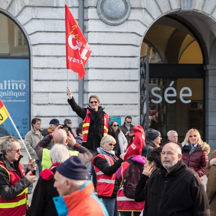 manifestant agitant un drapeau CGT