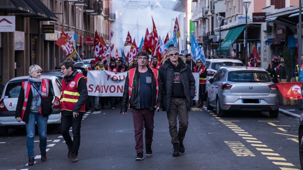 deux syndicalistes marchent et discutent en manifestation