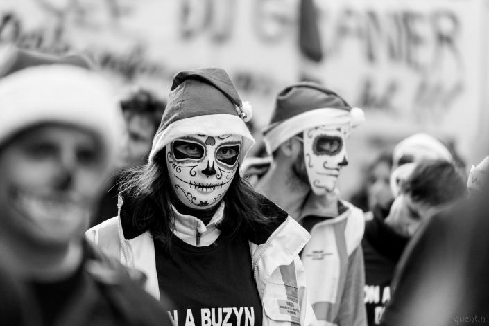 manifestant.es masqué.es/maquillé.es