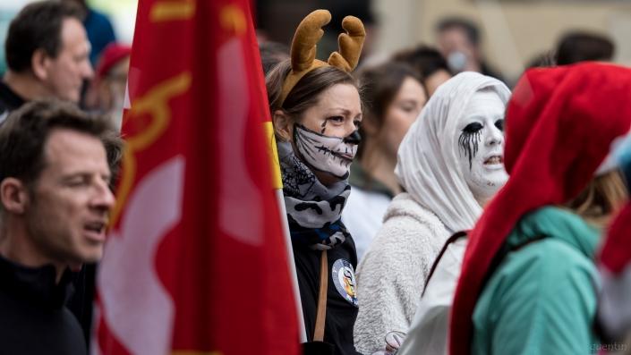manifestante déguisée