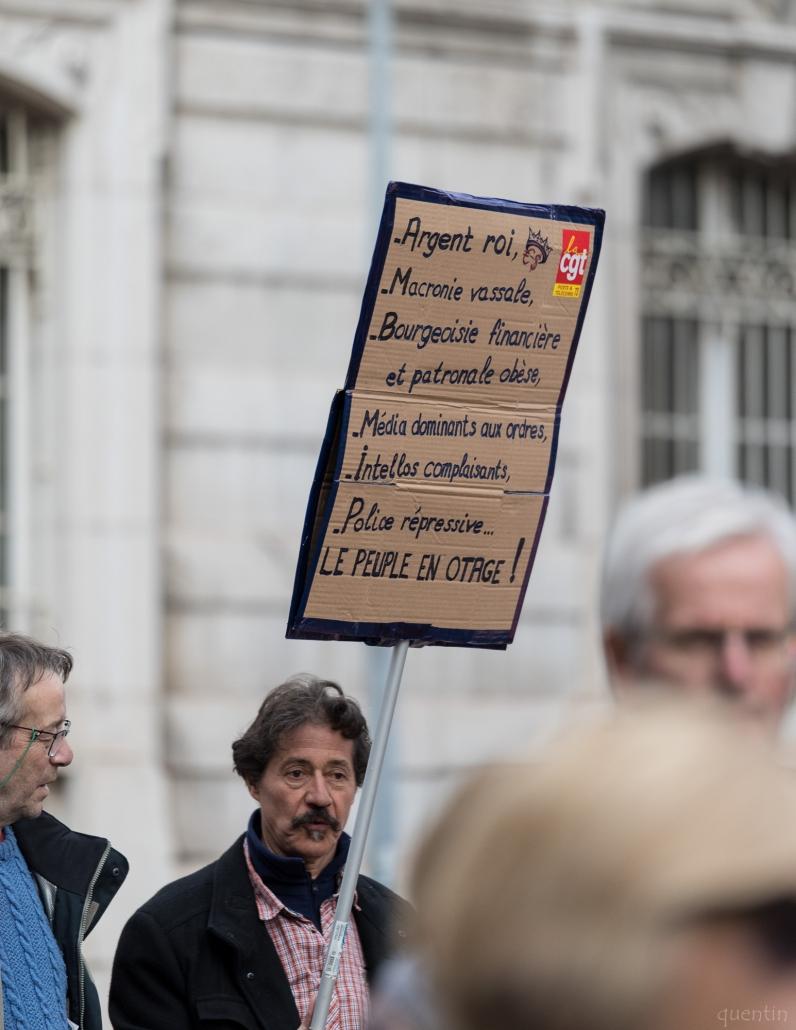 manifestant avec un pancarte contre la réforme