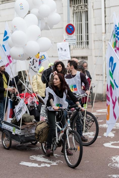 """manifestante avec un vélo """"militant"""""""