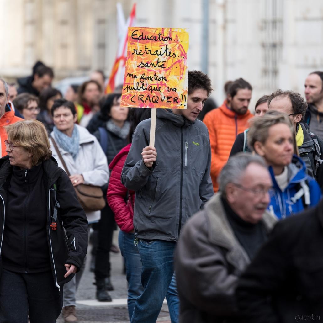 manifestant avec pancarte