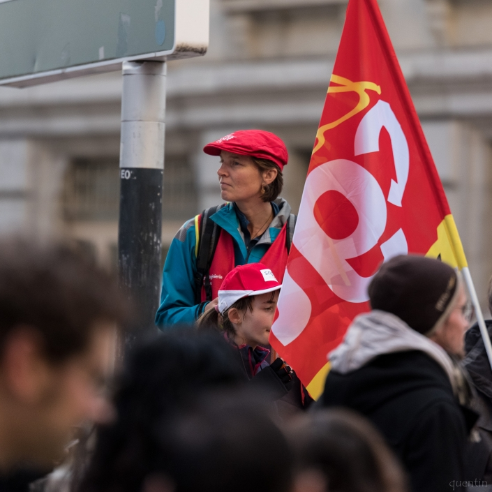 regard d'une manifestante sur la foule