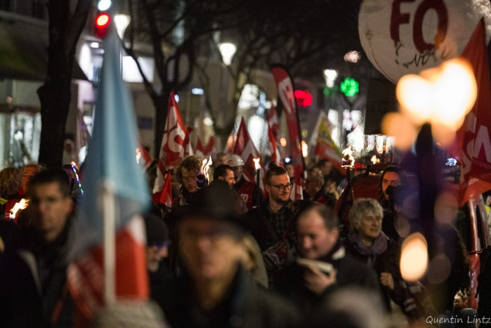 manifestation marchant dans une rue de Chambéry