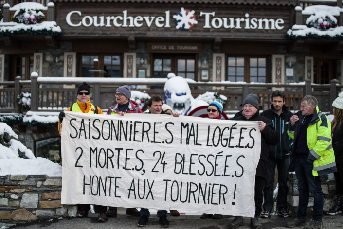 cortège devant l'office du tourisme de courchevel