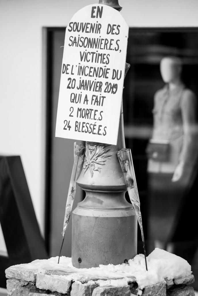 stelle en mémoire des victimes devant l'immeuble isba