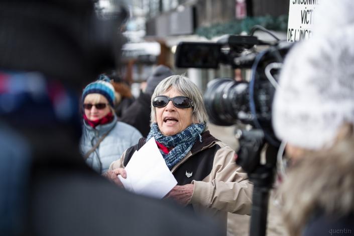 lecture et prise de parole devant les journalistes et medias
