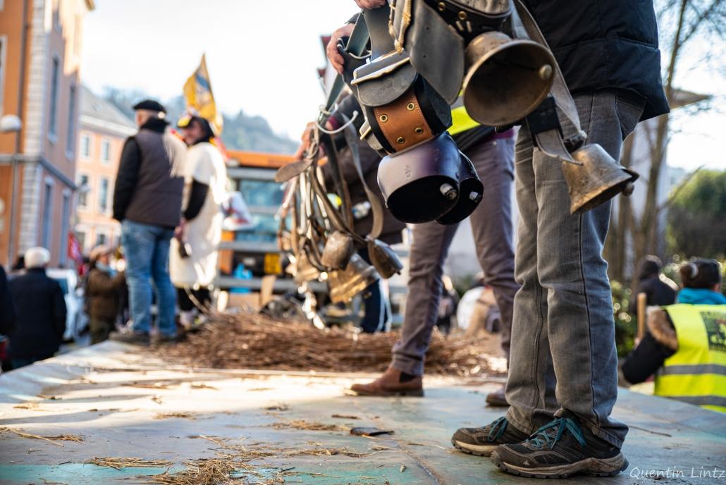 des manifestants secouent des cloches d'alpages 2