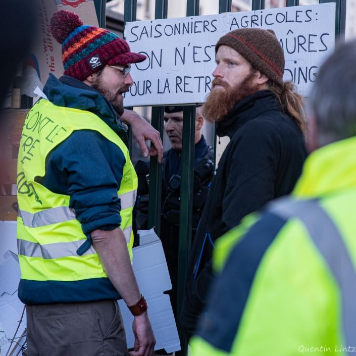 manifestants accoudé au portail de la préfecture de chambery