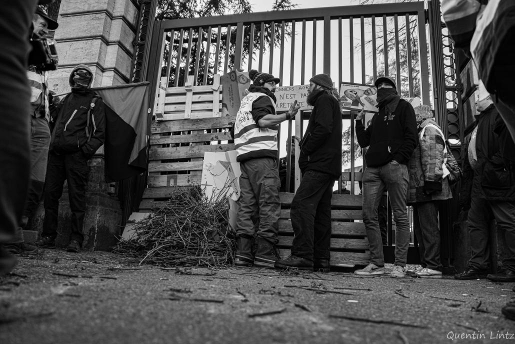 manifestant.es devant le portail de la préfecture