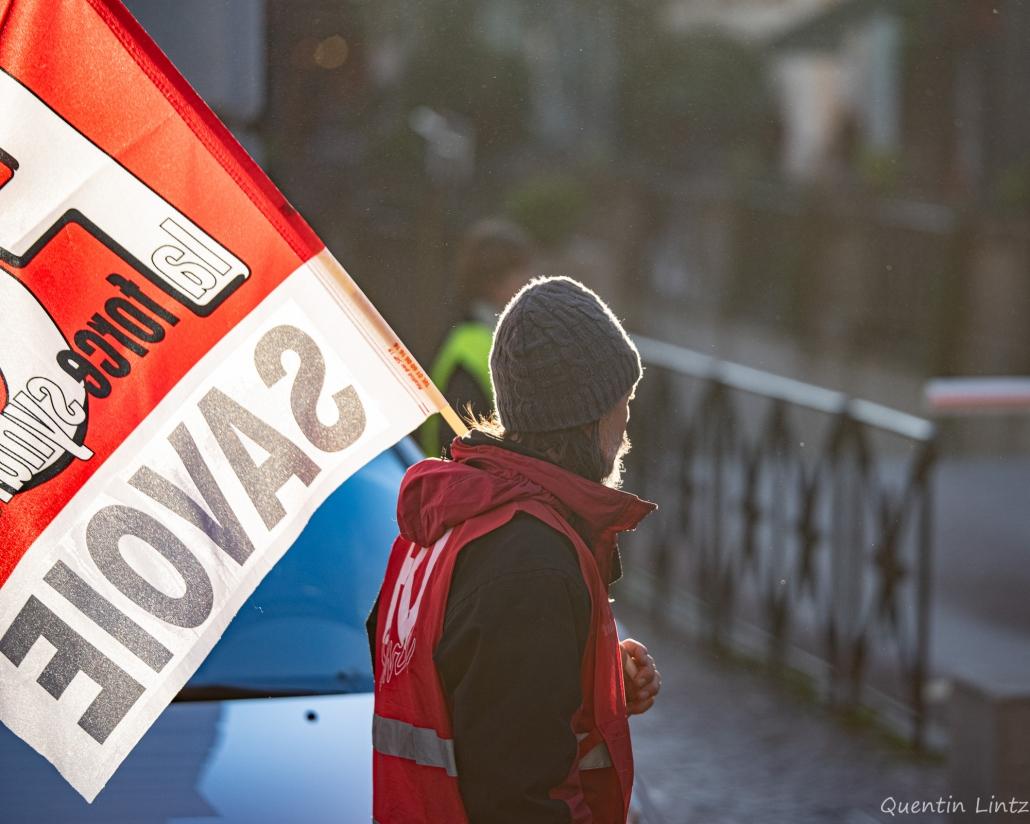 contre-jour d'un syndicaliste avec son drapeau