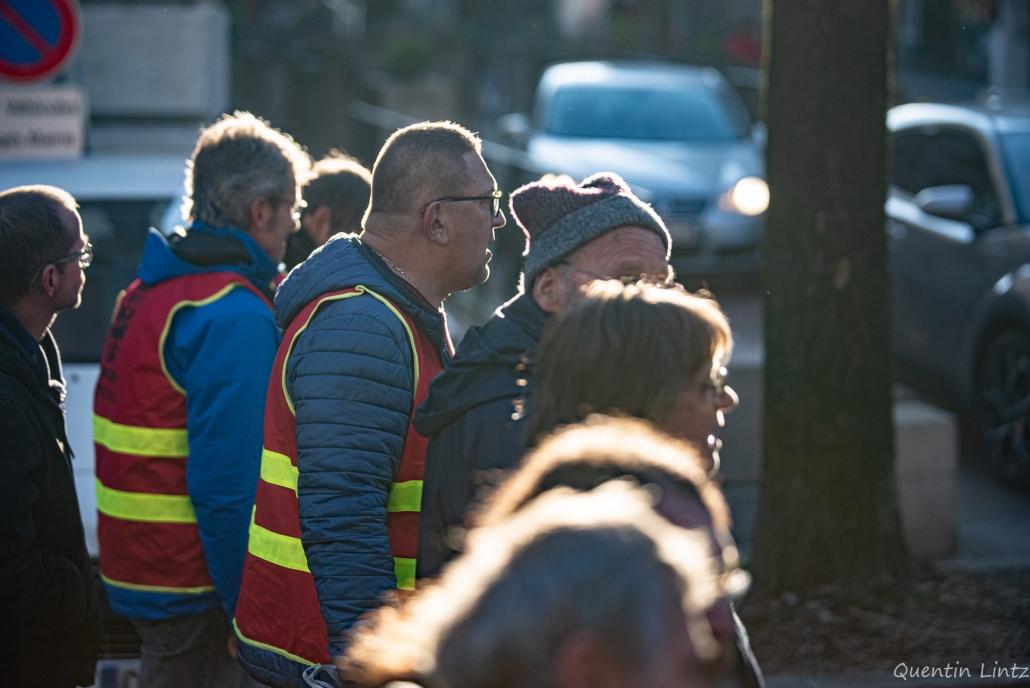des militant syndicaux discutent pendant la manifestation