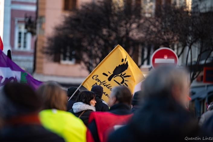 drapeau de la confédération paysanne dans la manifestation