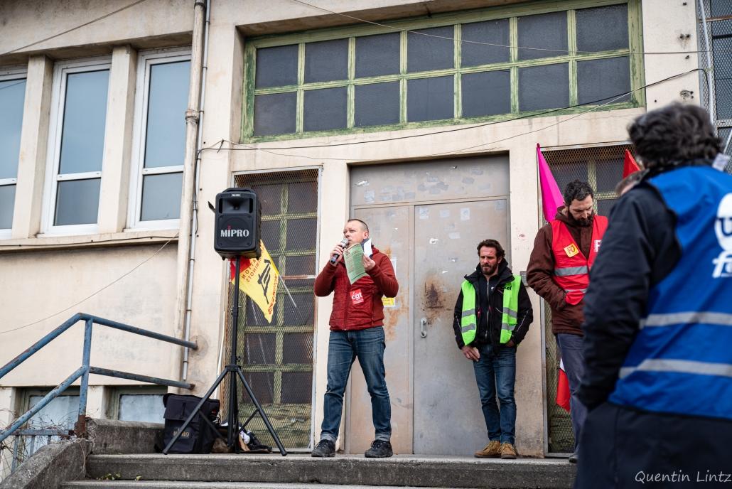 prise de parole d'un CGTiste au piquet de grève des cheminots