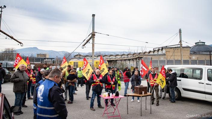 assemblée devant le piquet de grève des cheminots