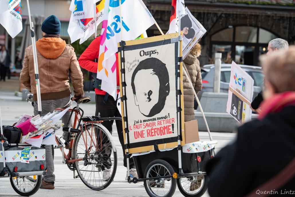 un vélo et sa remorque militante