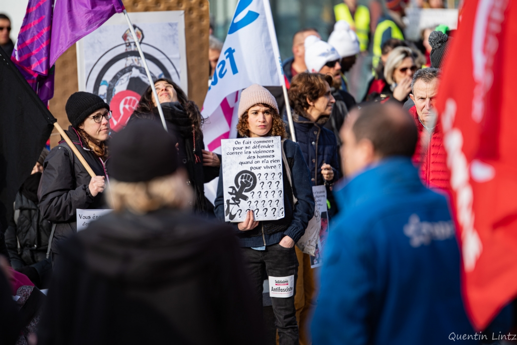 une manifestante tient une affiches
