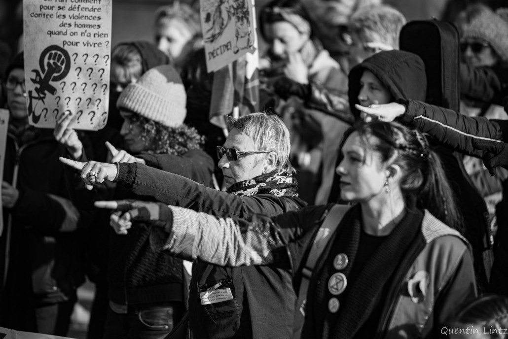manifestantes montrant du doitg