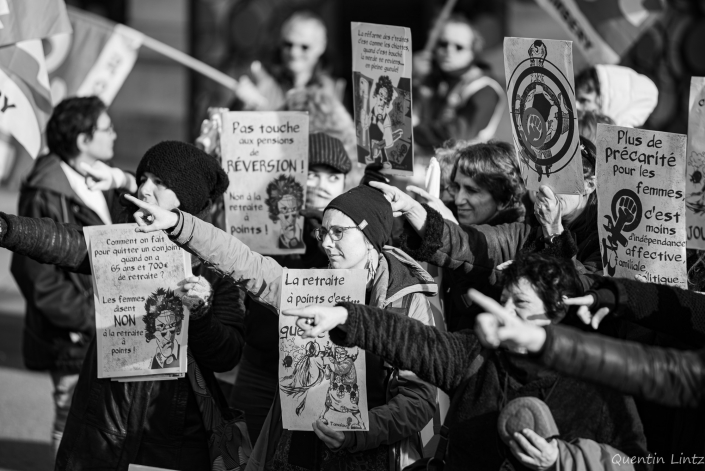 manifestantes pointant du doigt