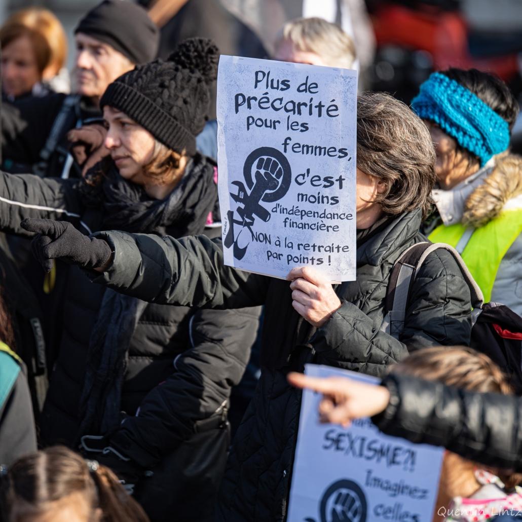 pancarte au milieu des manifestantes féministes