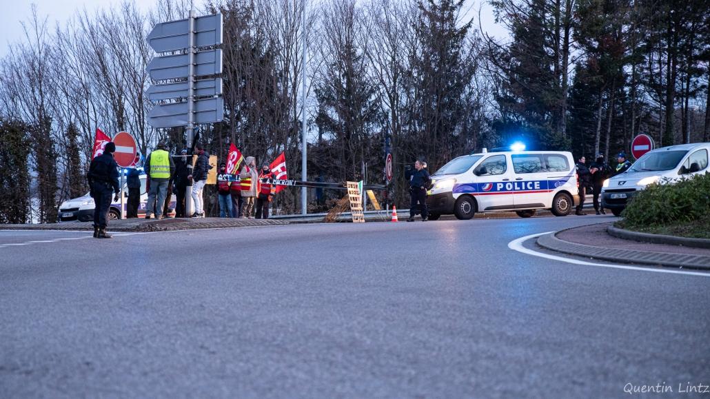 la police négocie pour dégager le rond-point