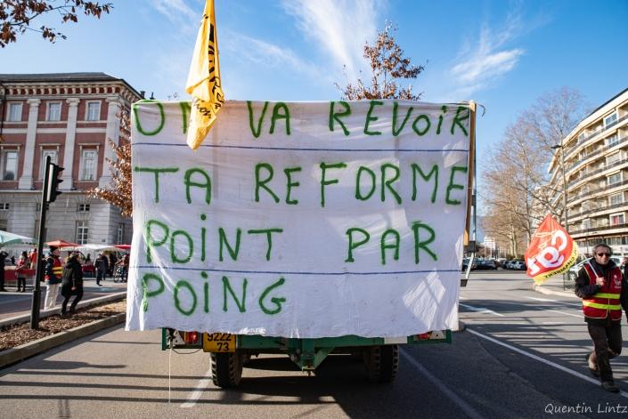 """banderole """"on va revoir ta réforme point par poing"""""""