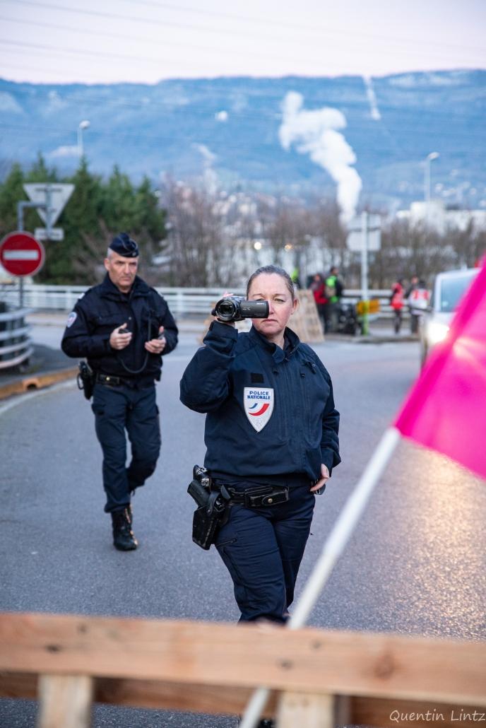 la police film les personnes présente dans toutes les manifestation