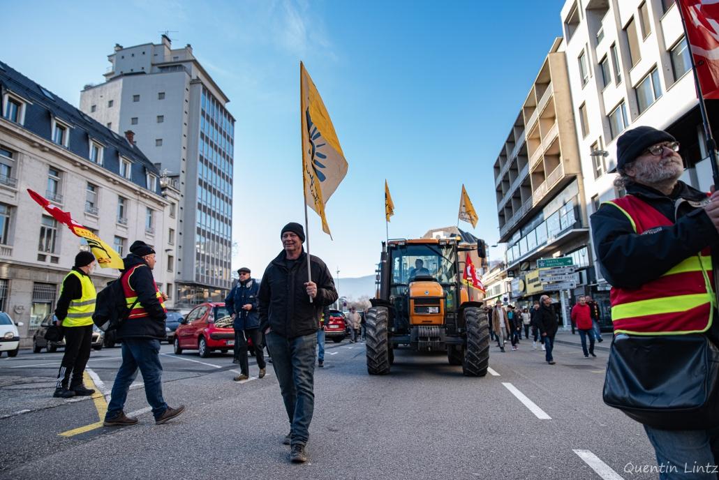 militant de la confédération paysanne portant un drapeau