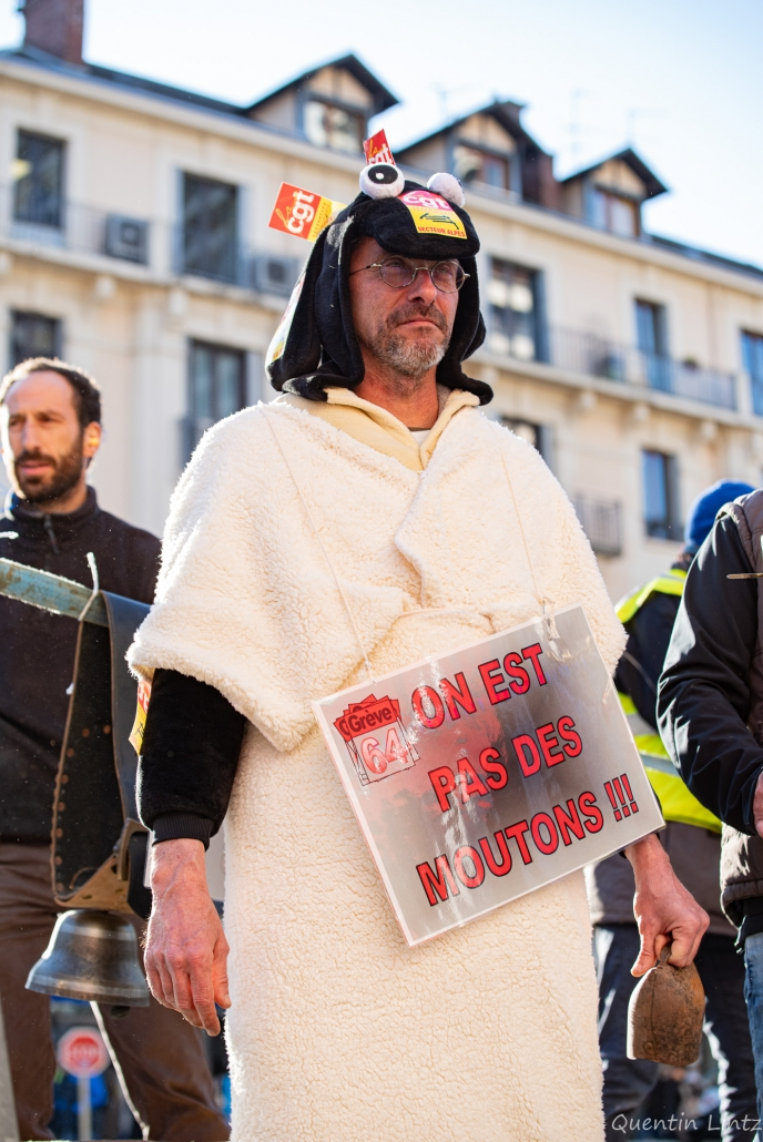 """déguisement et pancarte """"on est pas des moutons"""""""