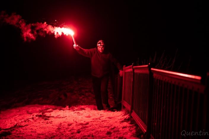 un homme remonte avec une torche sncf à a main