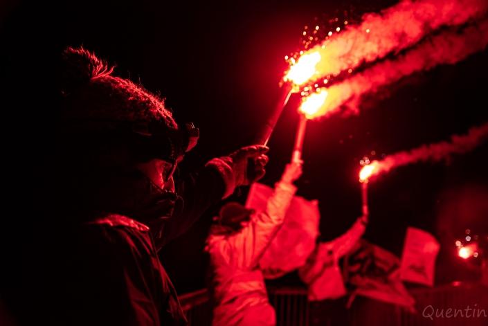 une ligne de gens avec des torches sncf