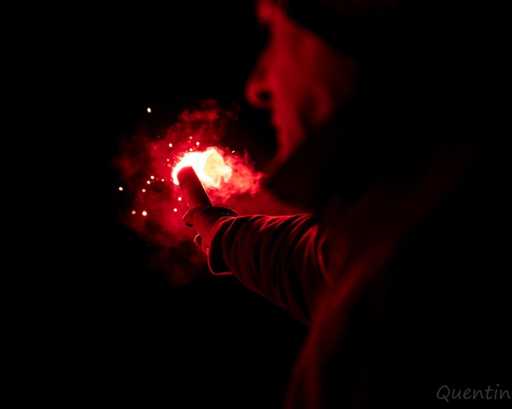 un homme brandi une torche sncf
