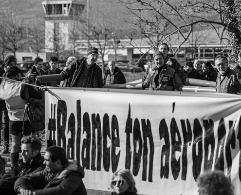 "banderole ""#balance ton aeroport"" devant l'aéroport de chambery"