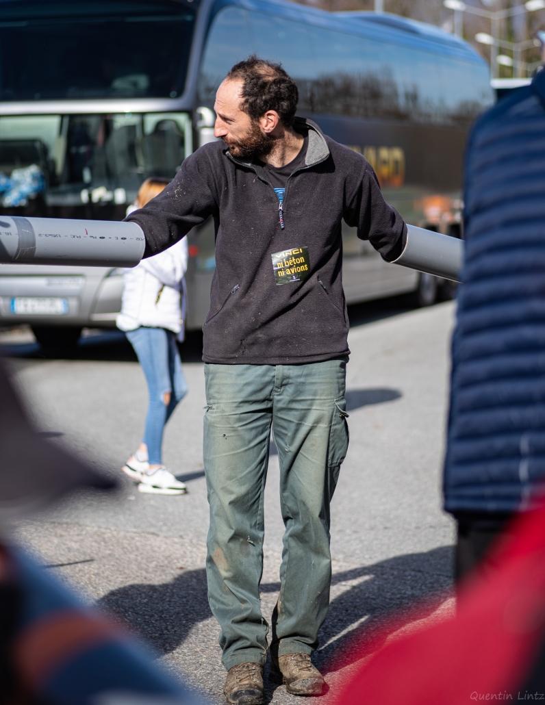 un manifestant arm'bloqué