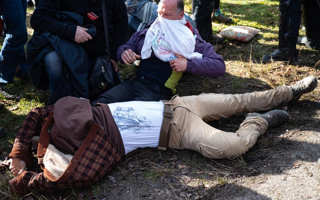 un militant ne bouge plus juste après avoir été expulsé