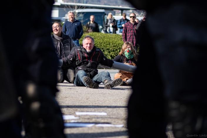 un manifestant derrière les CRS