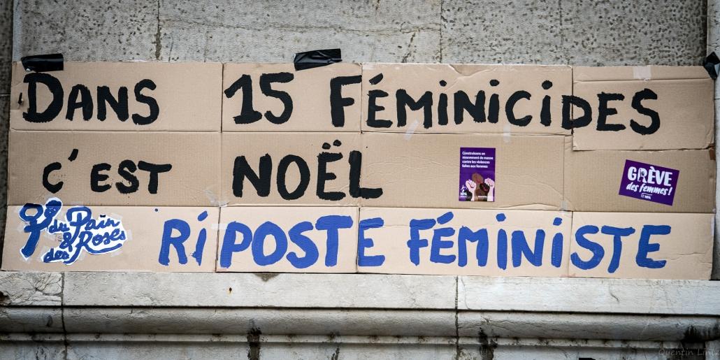 """pancarte """"dans 15 féminicides c'est noël"""""""